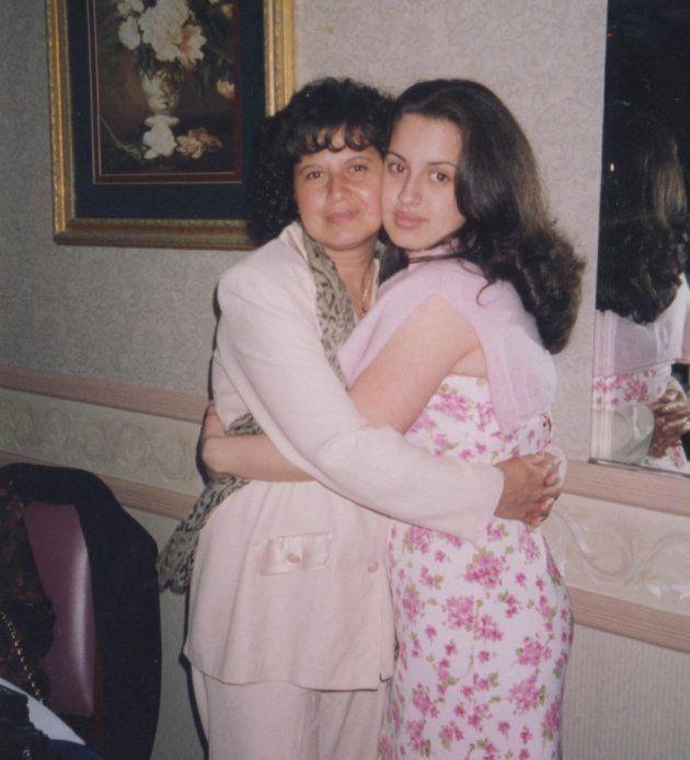 Catalina Cruz junto a su madre en una imagen facilitada a El