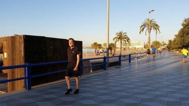 Rajoy, durante un paseo por el paseo marítimo de