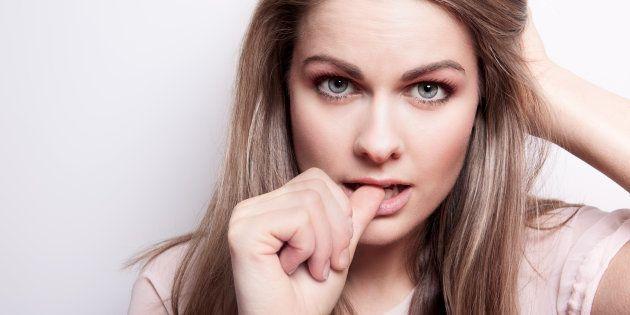 El significado de manías como morderse las uñas o crujirse los