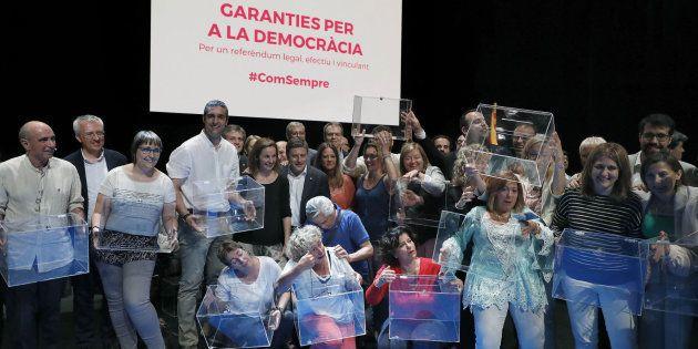 Los diputados de Junts Pel Si, posan con las urnas tras el acto celebrado en el Teatre Nacional de Cataluña