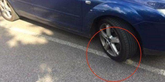 Multan a una conductora por salirse unos milímetros de su plaza de