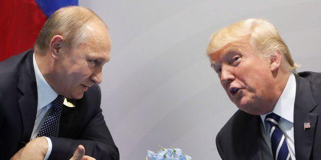 Imagen de archivo del encuentro entre Putin (izq) y Trump