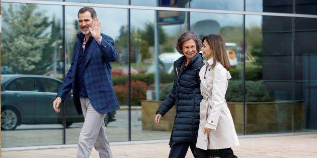 Los Reyes, acompañados de doña Sofía, llegan juntos para visitar al Rey Juan Carlos tras su