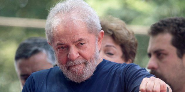 Lula se entrega a la Policía e insiste en su
