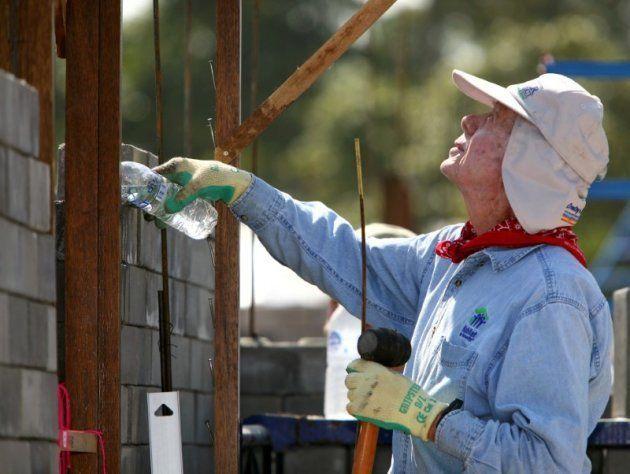 Jimmy Carter, ayudando a construir una casa en un proyecto solidario de Habitat for Humanity en Bangkok,...