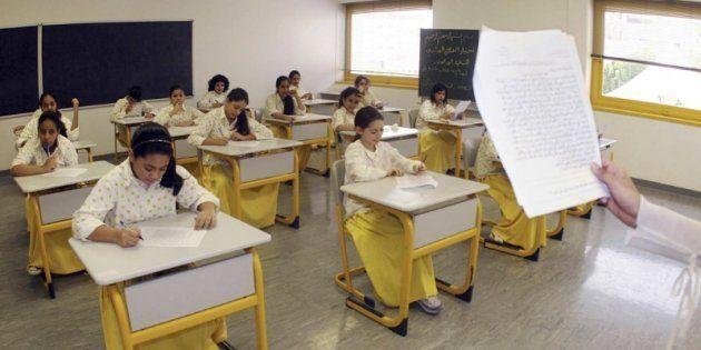 Un grupo de niñas se someten a un examen en una escuela elemental de Yeda, en una foto de archivo de