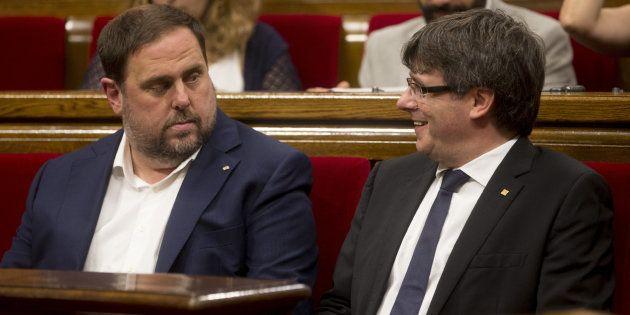 El presidente de la Generalitat de Cataluña, Carles Puigdemont, junto al vicepresidente Oriol