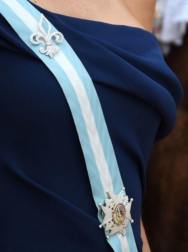 Arriba, el broche Flor de Lis; abajo, el de la orden de Carlos