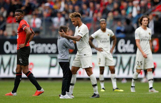 El bonito gesto de Neymar con un niño que se coló en el campo