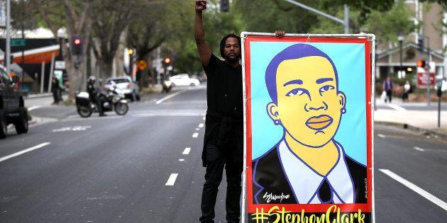 Sacramento (California, EEUU), 4 de abril. Un manifestante sostiene una ilustración de Stephon Clark...