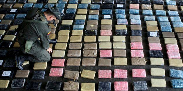 Un agente antinarcóticos de Colombia coloca la cocaína intervenida en el puerto de Buenaventura en marzo...