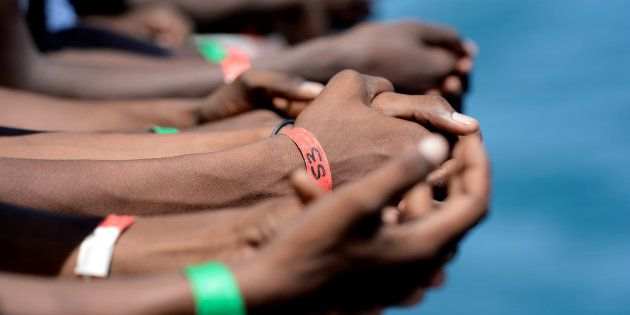 Las manos de algunos de los inmigrantes rescatados por el 'Aquarius' el pasado 15 de agosto, atracados...