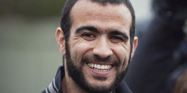 Omar Khadr sonríe a los periodistas después de su liberación en Alberta