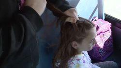 Cada mañana, esta conductora de autobús peina el pelo de una niña huérfana de