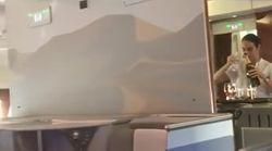 Estupefacción por lo que hace esta azafata durante un vuelo de