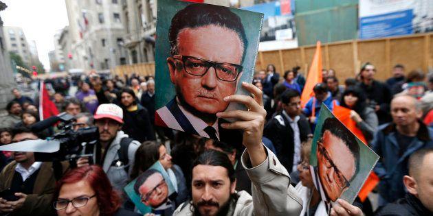 Un manifestante sostiene un cartel con el rostro de Salvador Allende, el icónico presiente chileno asesinato...