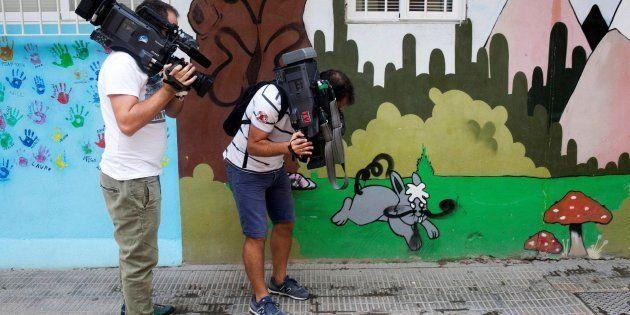 Dos periodistas trabajan en el lugar de los