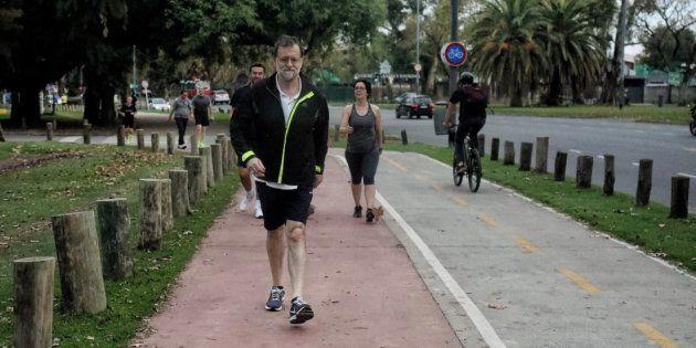 La foto de Rajoy caminando que llama la atención por este