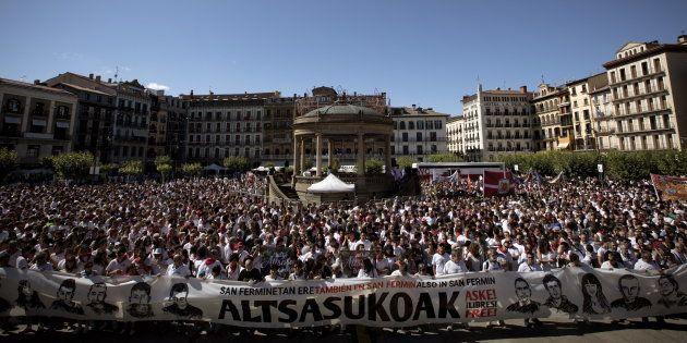Vista de la multitudinaria concentración en apoyo de los detenidos por agredir a dos guardias civiles...