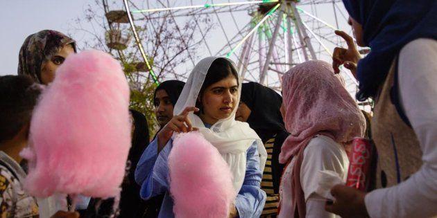 Malala Yousafzai, en el centro de la imagen, comiendo algodón de azúcar con chicas iraquíes de