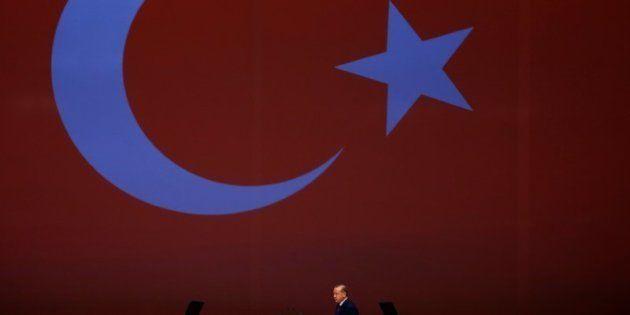 El presidente turco Recep Tayyip Erdogan se dirige al atril para dar su discurso en el 22º Congreso Mundial...