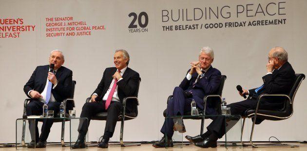Los ex primer ministros, el irlandés Bertie Ahern, y el británico, Tony Blair, el expresidente estadounidense,...