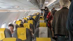 Pasajeros de un avión en Barcelona se rebelan para impedir la deportación de un 'sin