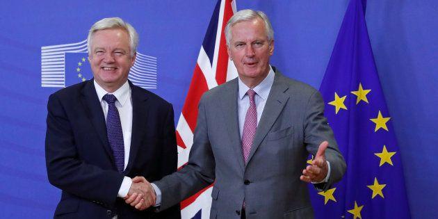 El negociador británico para el Brexit, David Davis (izquierda), saluda a su homólogo europeo, Michel