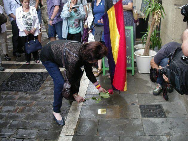 Carlota Leret O'Neill, hija del capitán Virgilio Leret, coloca una rosa junto a la placa en honor a su...