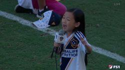 Así emociona una niña al mundo con su arrebatadora interpretación del himno de