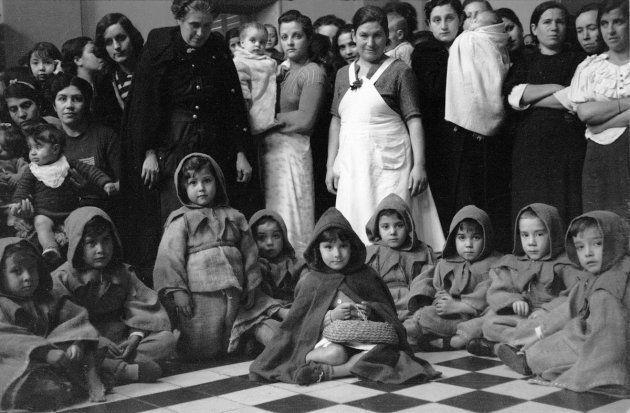 Distribución de ropas y juguetes entre los hijos de las reclusas de la Cárcel de Mujeres de Ventas (Madrid),...