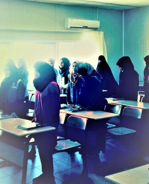 Una clase para niñas se pone de pie para dar la bienvenida a periodistas. | Campo de