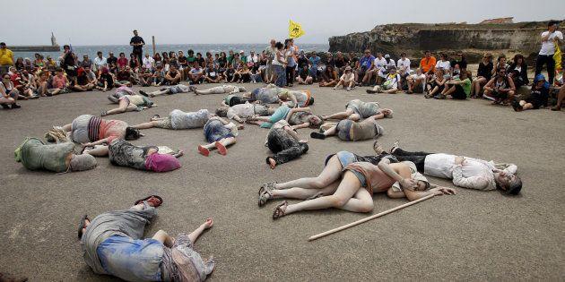 La Caravana Abriendo Fronteras, durante el acto de protesta que han realizado hoy en Tarifa (Cádiz),...