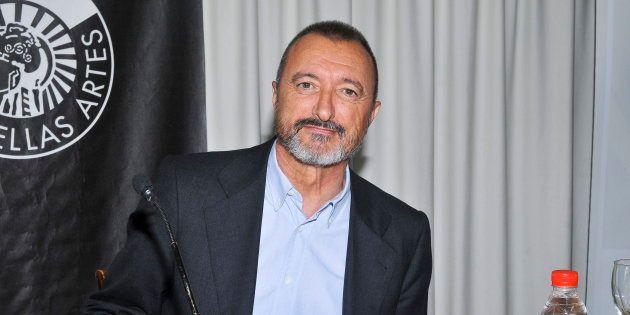 Arturo Pérez-Reverte, retratado en el Círculo de Bellas Artes de Madrid en