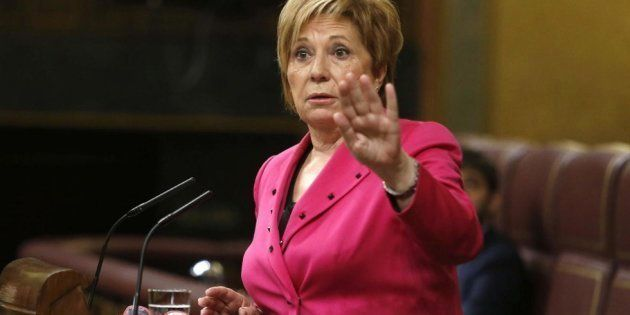 Nueva pillada a Celia Villalobos en el Congreso: ahora mirando ropa en la