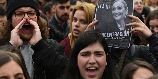 Un grupo de estudiantes protestan por el escándalo Cifuentes en la Universidad Rey Juan Carlos de
