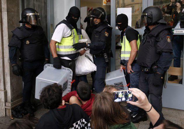 Policías nacionales requisan urnas durante el