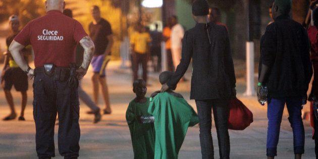 Veintiséis mujeres y cinco niños de origen subsahariano llegaron este fin de semana de madrugada a Isla...