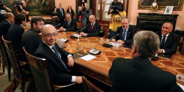 El ministro de Hacienda, Cristóbal Montoro; el consejero de Hacienda y Economía vasco, Pedro Azpiazu,...