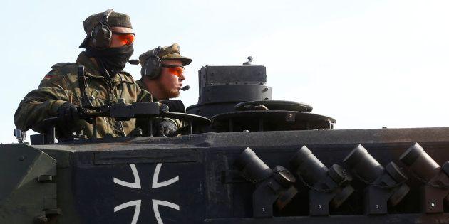 Una pareja de soldados alemanes, a bordo de un tanque 'Leopard', durante unos ejercicios militares de...