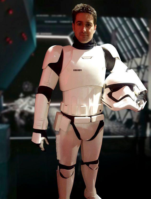 David Santana, caracterizado como un soldado de la Primera Orden en el set de rodaje de 'El despertar...