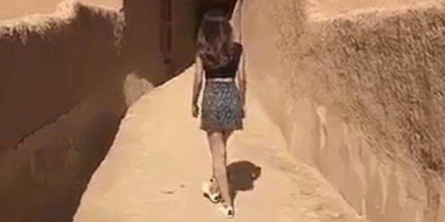 Imagen del vídeo, en el que se ve la joven que pasea en minifalda y con camiseta de manga