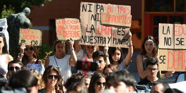 Estudiantes del campus de Vicálvaro de la Universidad Rey Juan Carlos, durante la concentración de esta...
