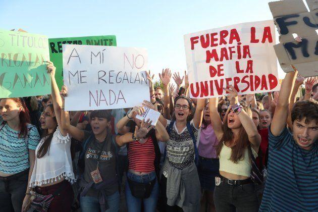 Un grupo de alumnos en el campus de Móstoles de la Universidad Rey Juan