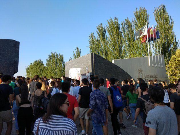 Alumnos de la URJC entran al campus de Móstoles para la