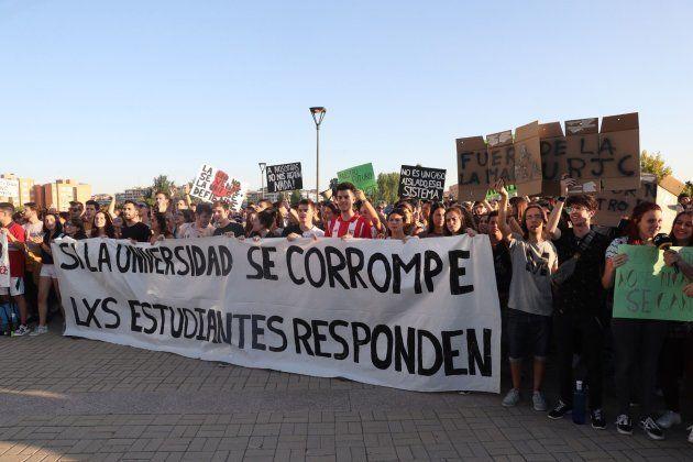 Un grupo de alumnos de la Universidad Rey Juan Carlos se manifiesta para pedir la dimisión del rector...