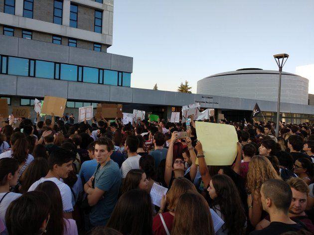 Concentración de alumnos de la URJC frente al