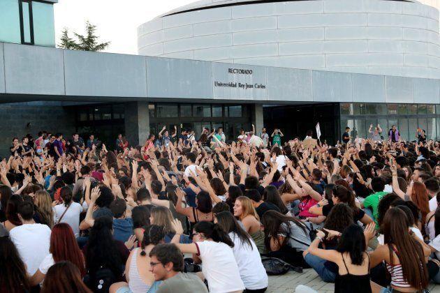 Sentada de los alumnos en huelga frente al rectorado de la Universidad Rey Juan