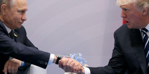 Trump y Putin se dan la mano durante el