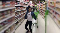 Esta niña que baila 'Despacito' donde le pilla es la pura imagen de la